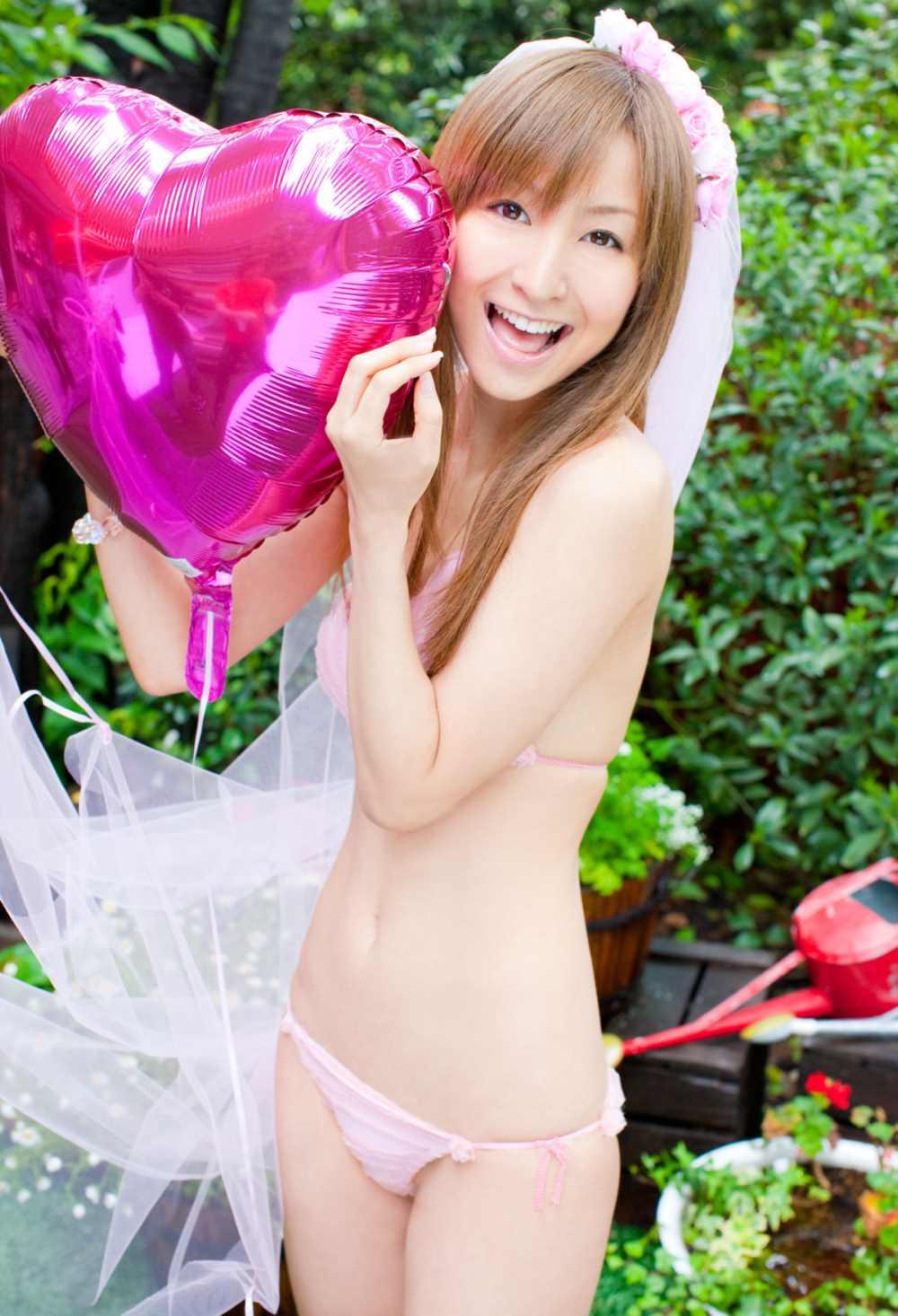 木口亜矢が水着の花嫁衣装で結婚式するエロ画像