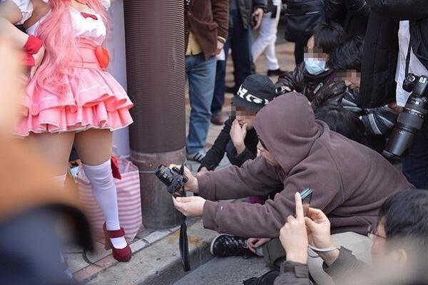 コミケでスカートの中を撮影するローアングラー画像 2
