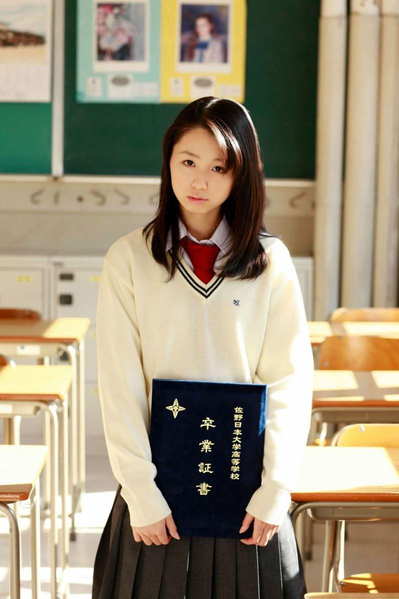 小池里奈 女子高生の卒業を描いたグラビア画像