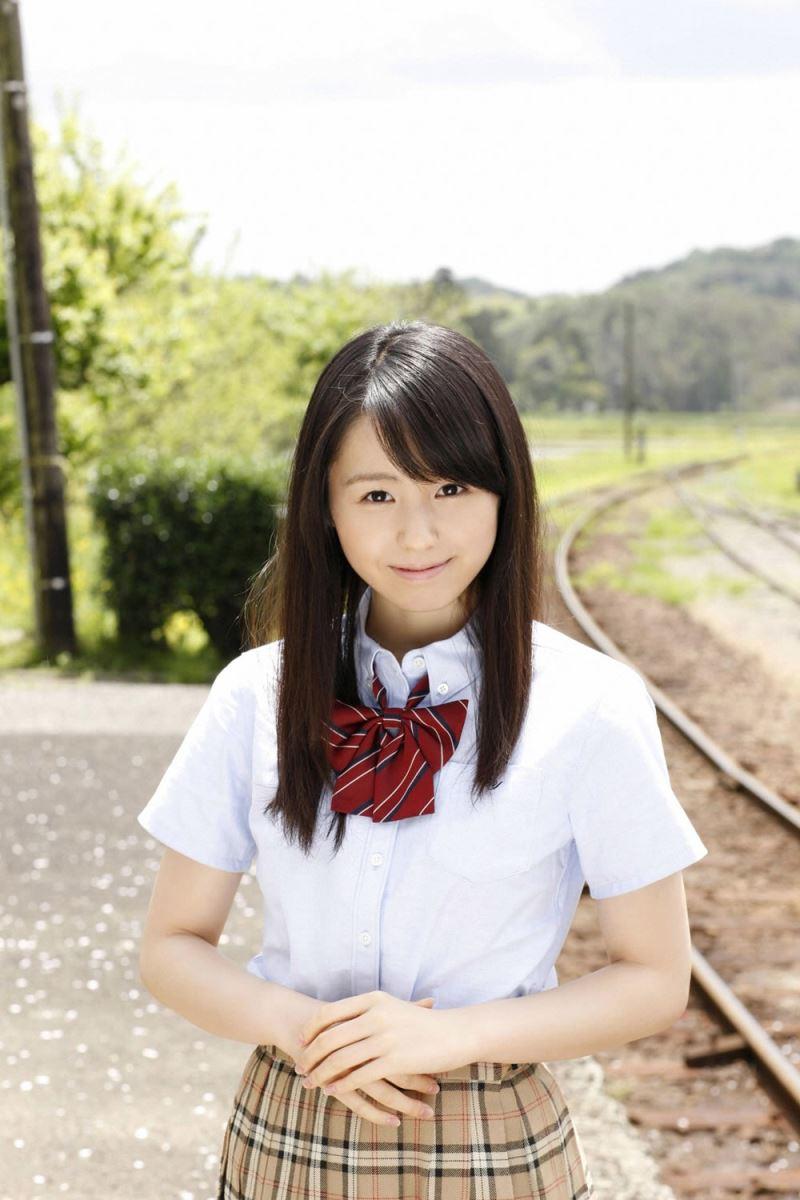 電車通学してるメガネJKの小池里奈エロ画像