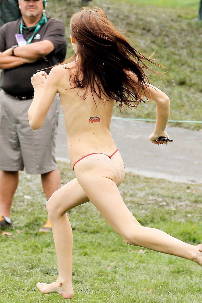 海外女性ストリーキング画像 42