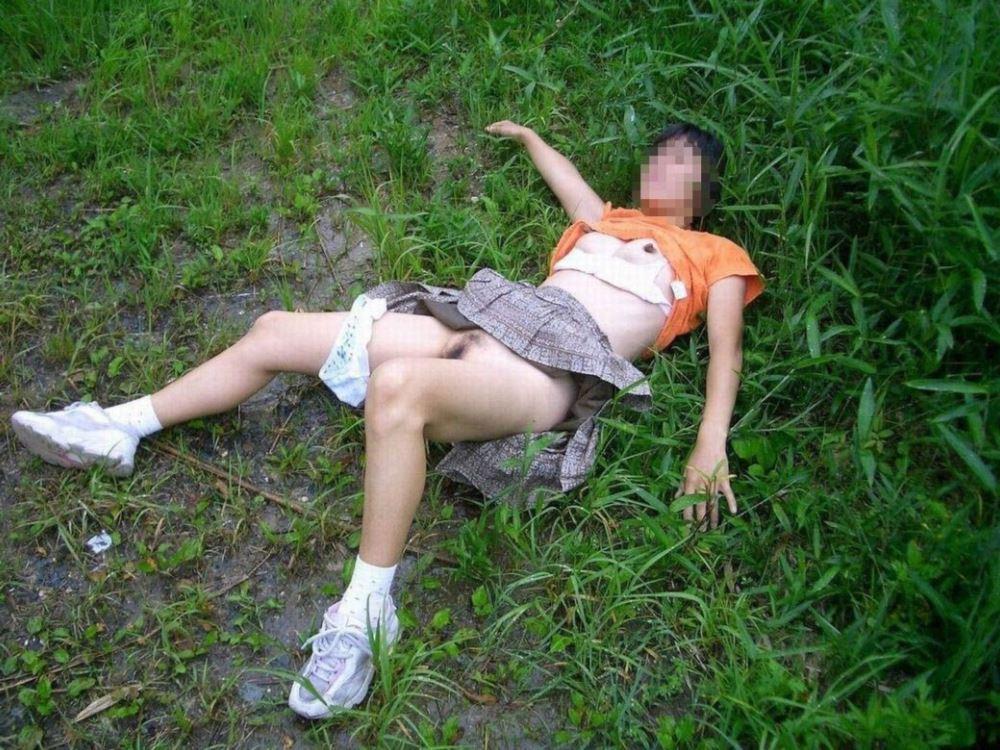 レイプ後の哀れな女のエロ画像 6