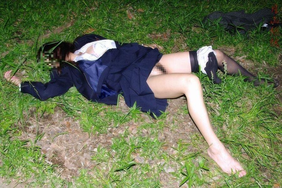 レイプ後の哀れな女のエロ画像 14