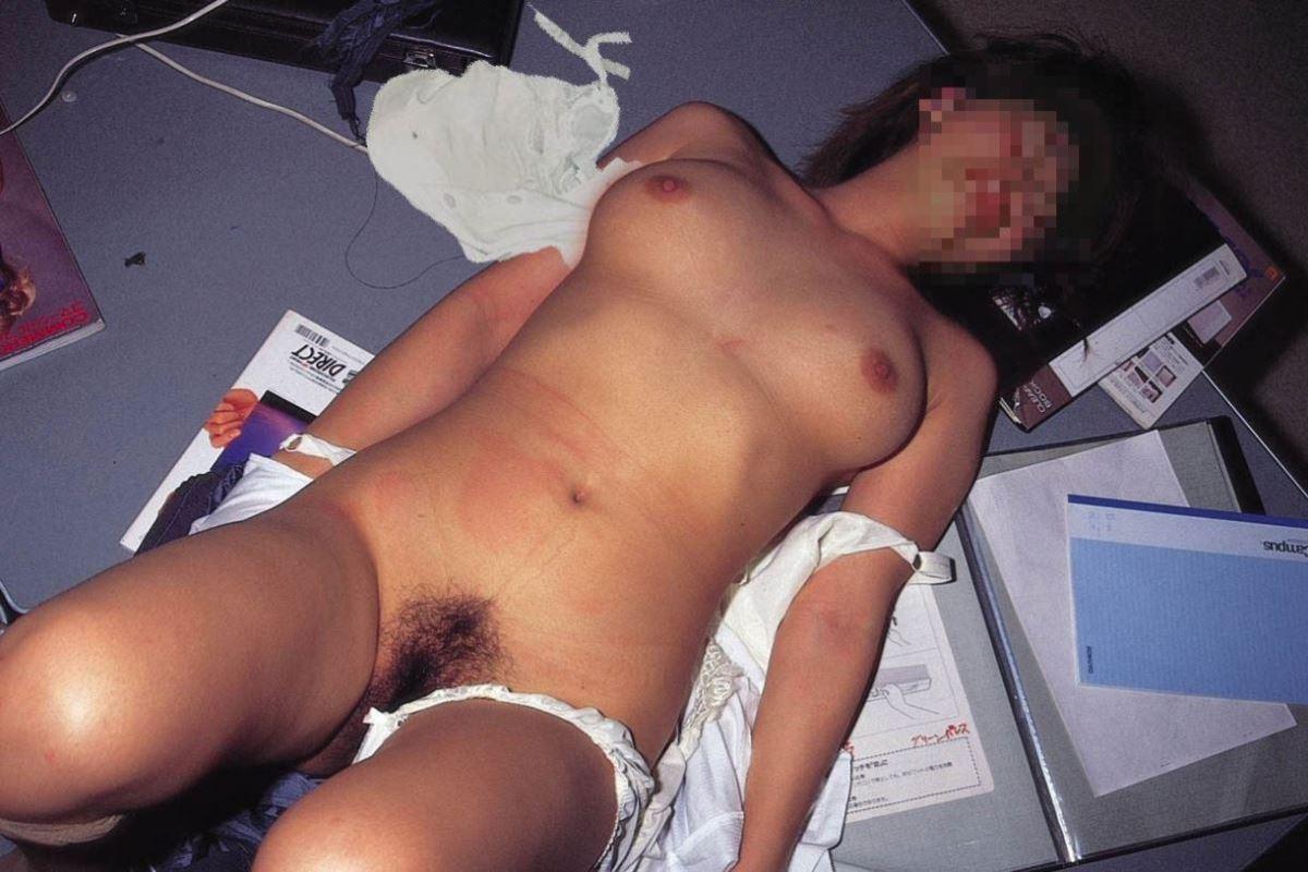 レイプ後の哀れな女のエロ画像 17