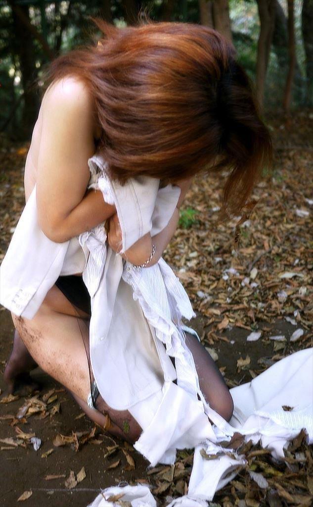 レイプ後の哀れな女のエロ画像 27