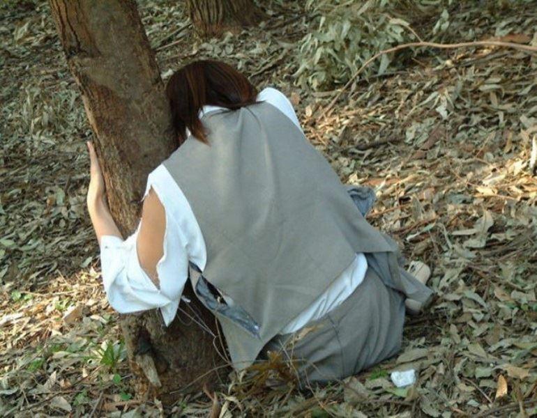 レイプ後の哀れな女のエロ画像 28