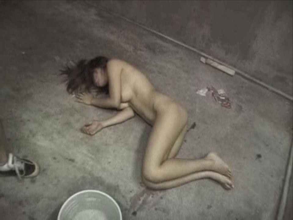 レイプ後の哀れな女のエロ画像 38