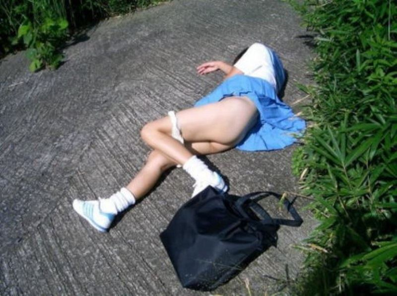 レイプ後の哀れな女のエロ画像 43