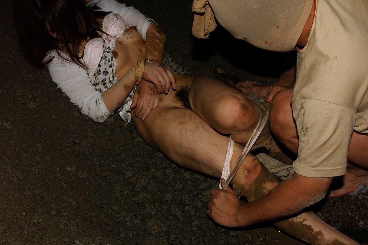強姦魔に無理矢理犯されたレイプ現場のエロ画像