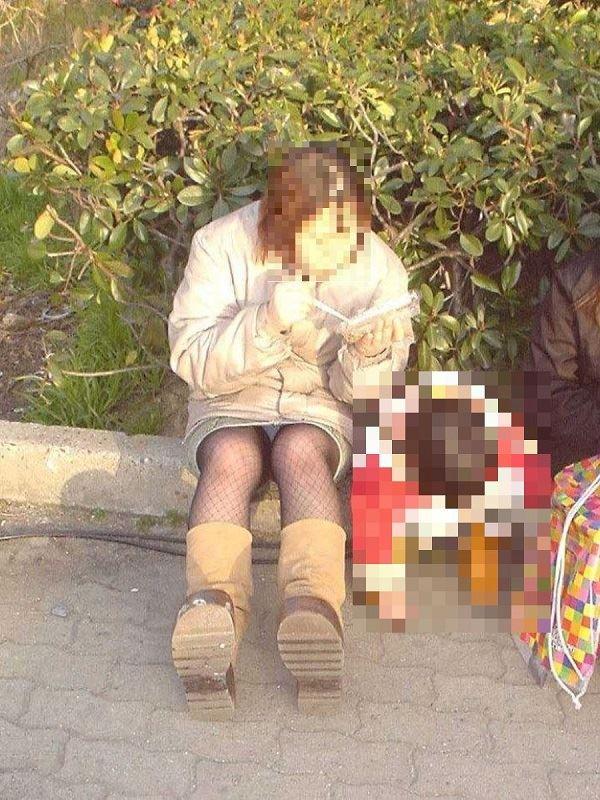 無防備な子連れママのパンチラ画像 5