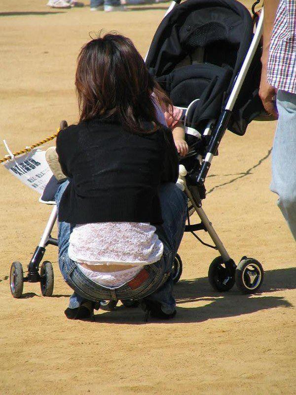 無防備な子連れママのパンチラ画像 7
