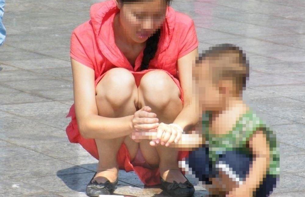 無防備な子連れママのパンチラ画像 8
