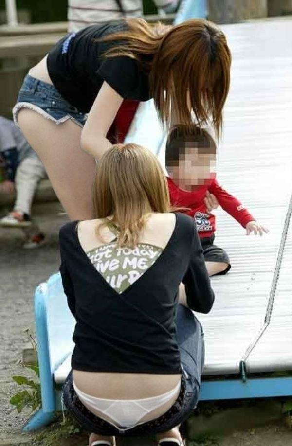 無防備な子連れママのパンチラ画像 10