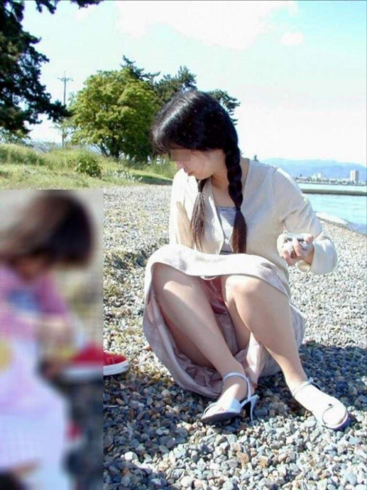 無防備な子連れママのパンチラ画像 17