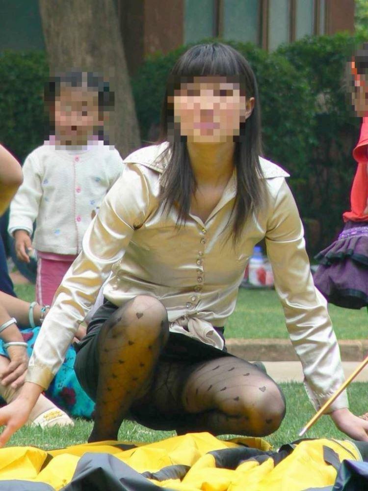 無防備な子連れママのパンチラ画像 23