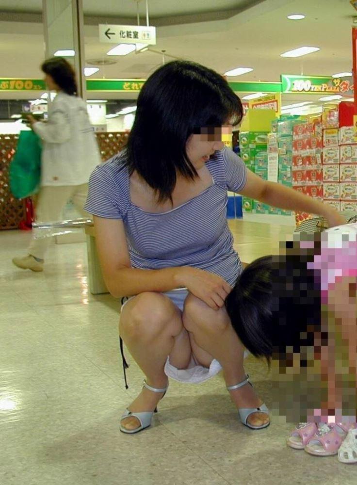 無防備な子連れママのパンチラ画像 25