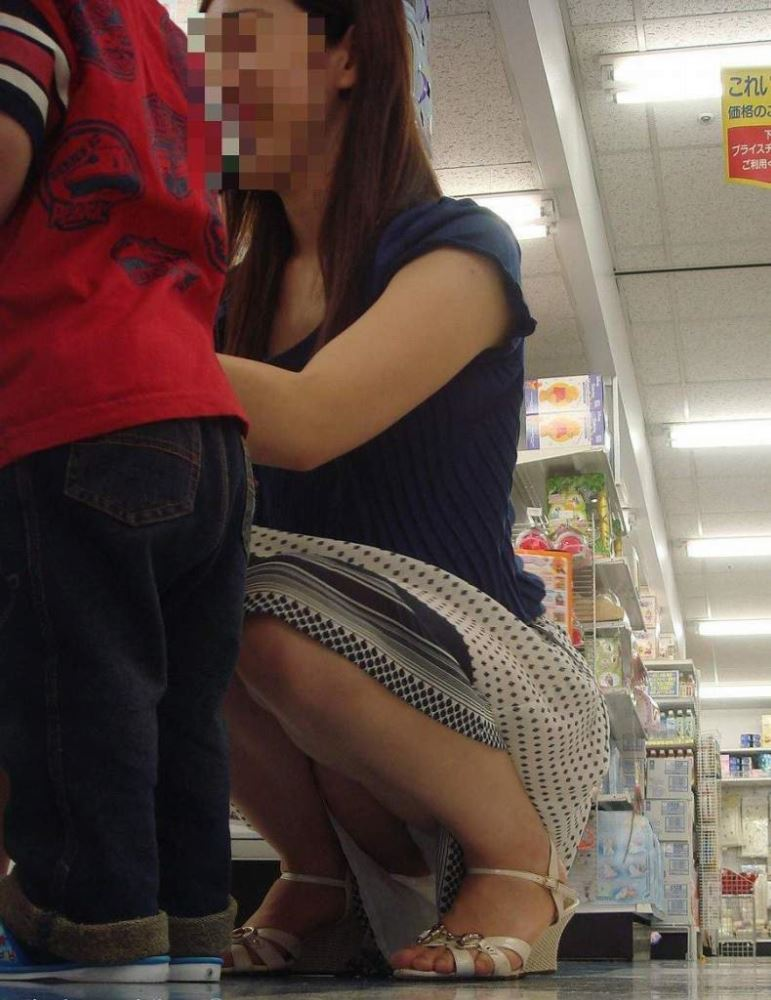 無防備な子連れママのパンチラ画像 28