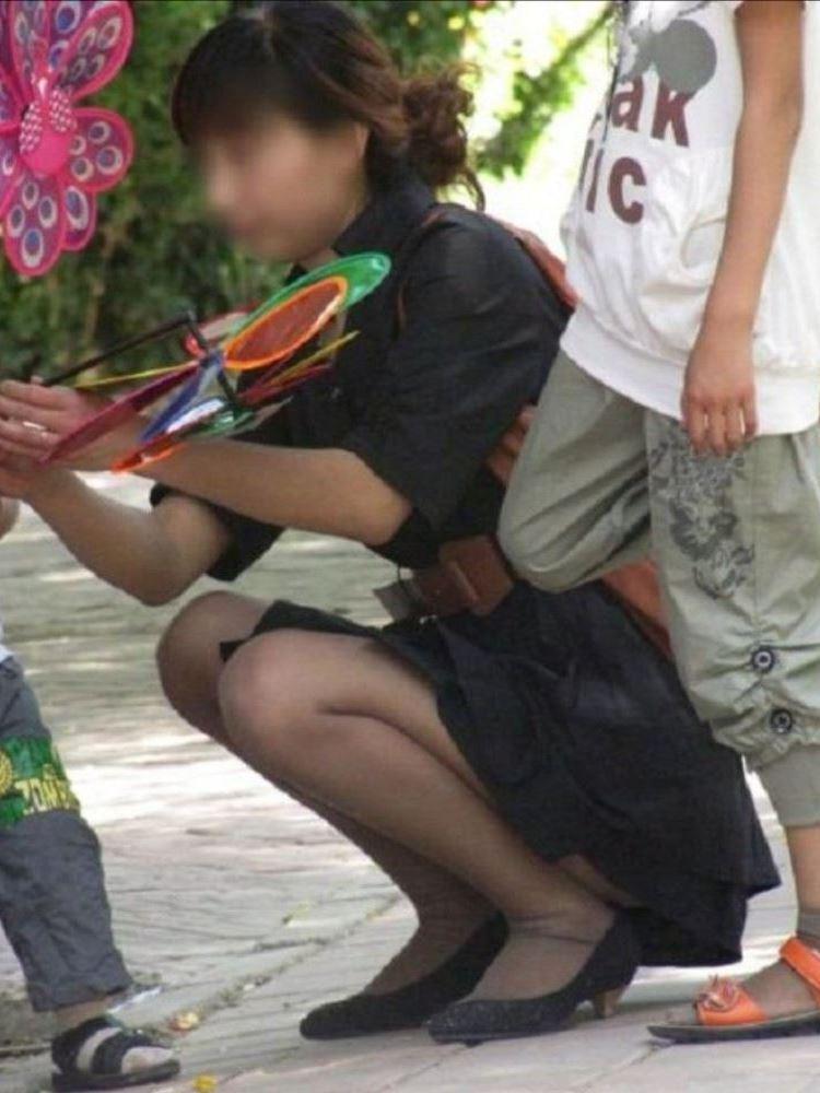 無防備な子連れママのパンチラ画像 37