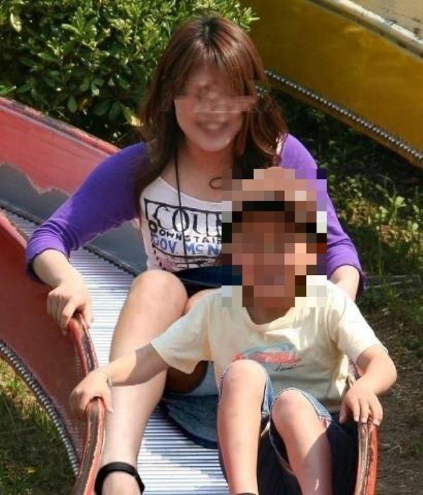 無防備な子連れママのパンチラ画像 49