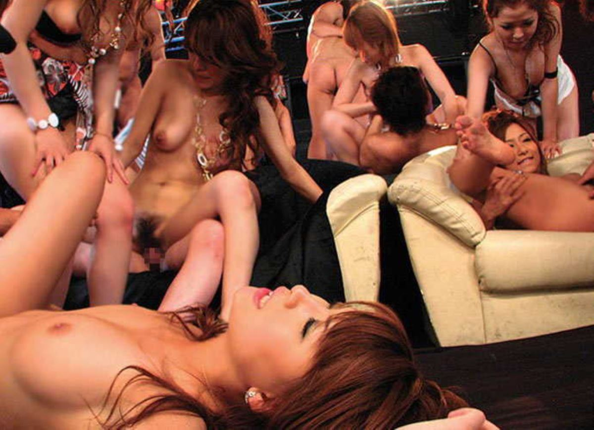 乱交パーティーの集団セックス画像 56