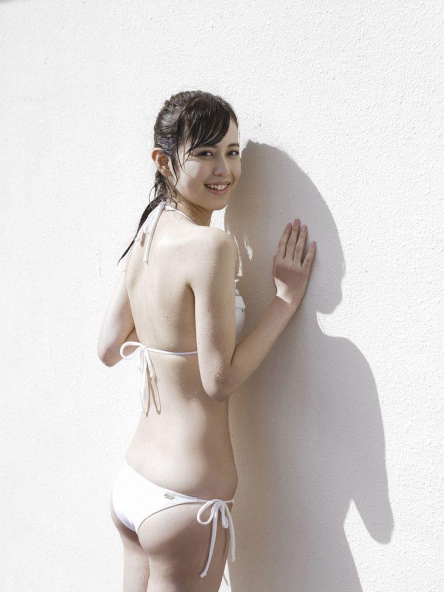 水着姿で露わになる久慈暁子の美尻画像