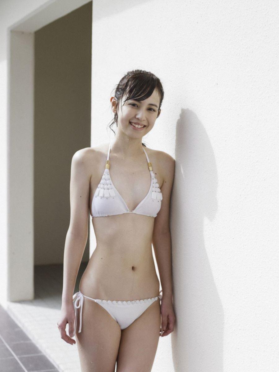 スレンダーボディを披露する久慈暁子の画像