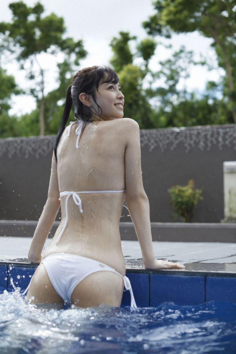 白い水着でプールから上がる久慈暁子の画像