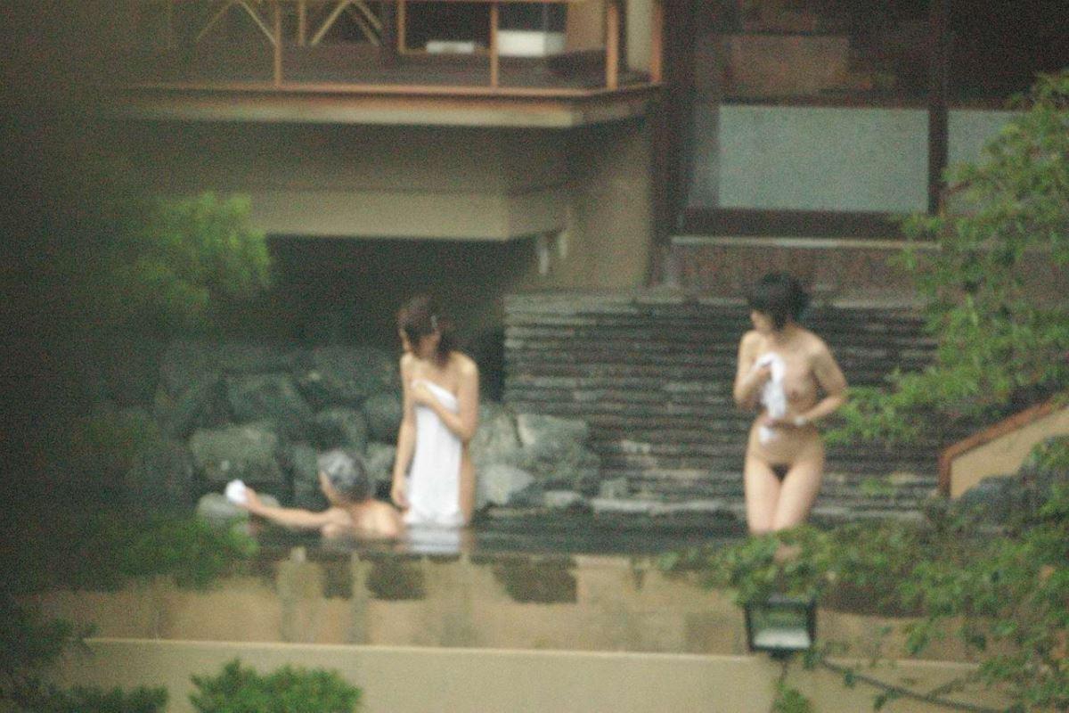 露天風呂で素人を隠し撮りした温泉盗撮画像 10