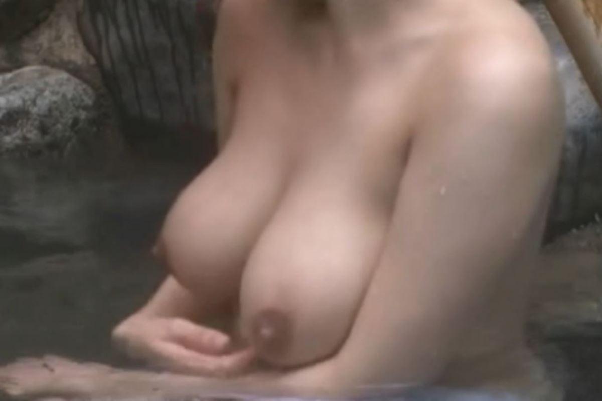 露天風呂で素人を隠し撮りした温泉盗撮画像 22