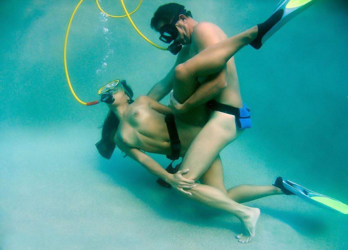 水中セックス画像 18