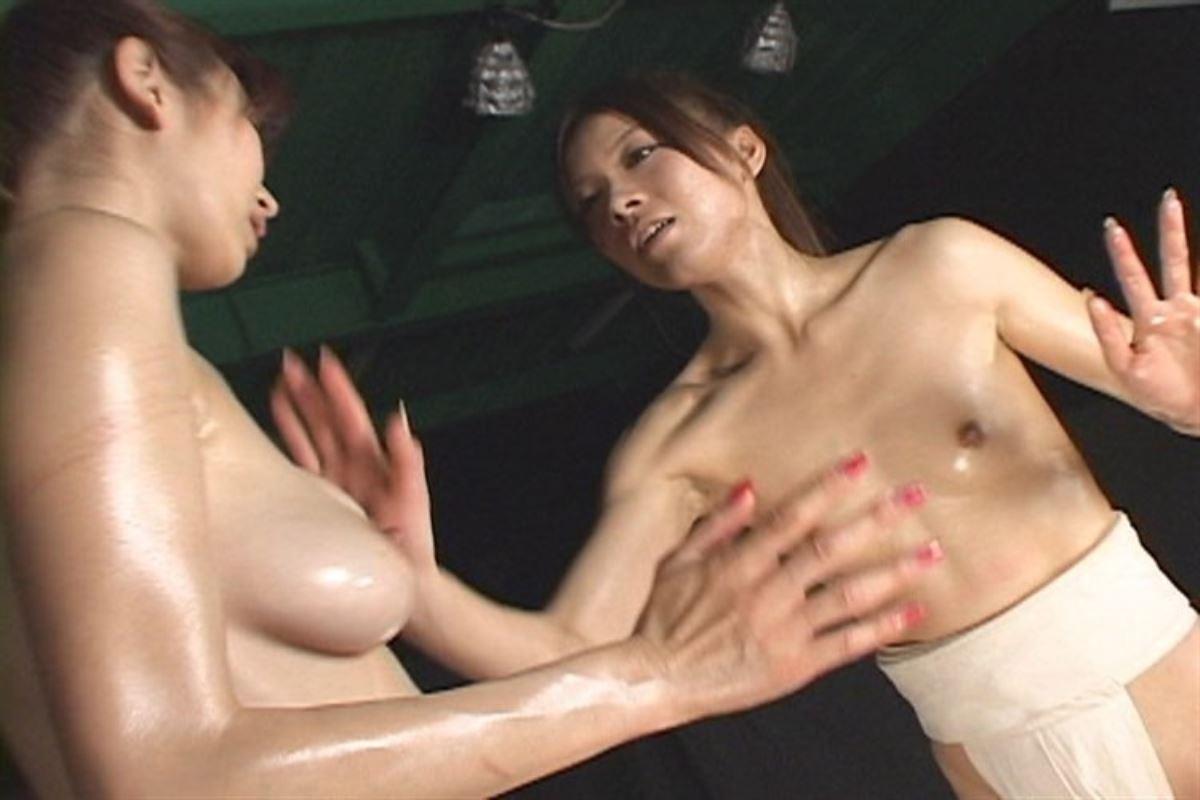 女相撲!!まわし一枚のオッパイ丸出し画像 11