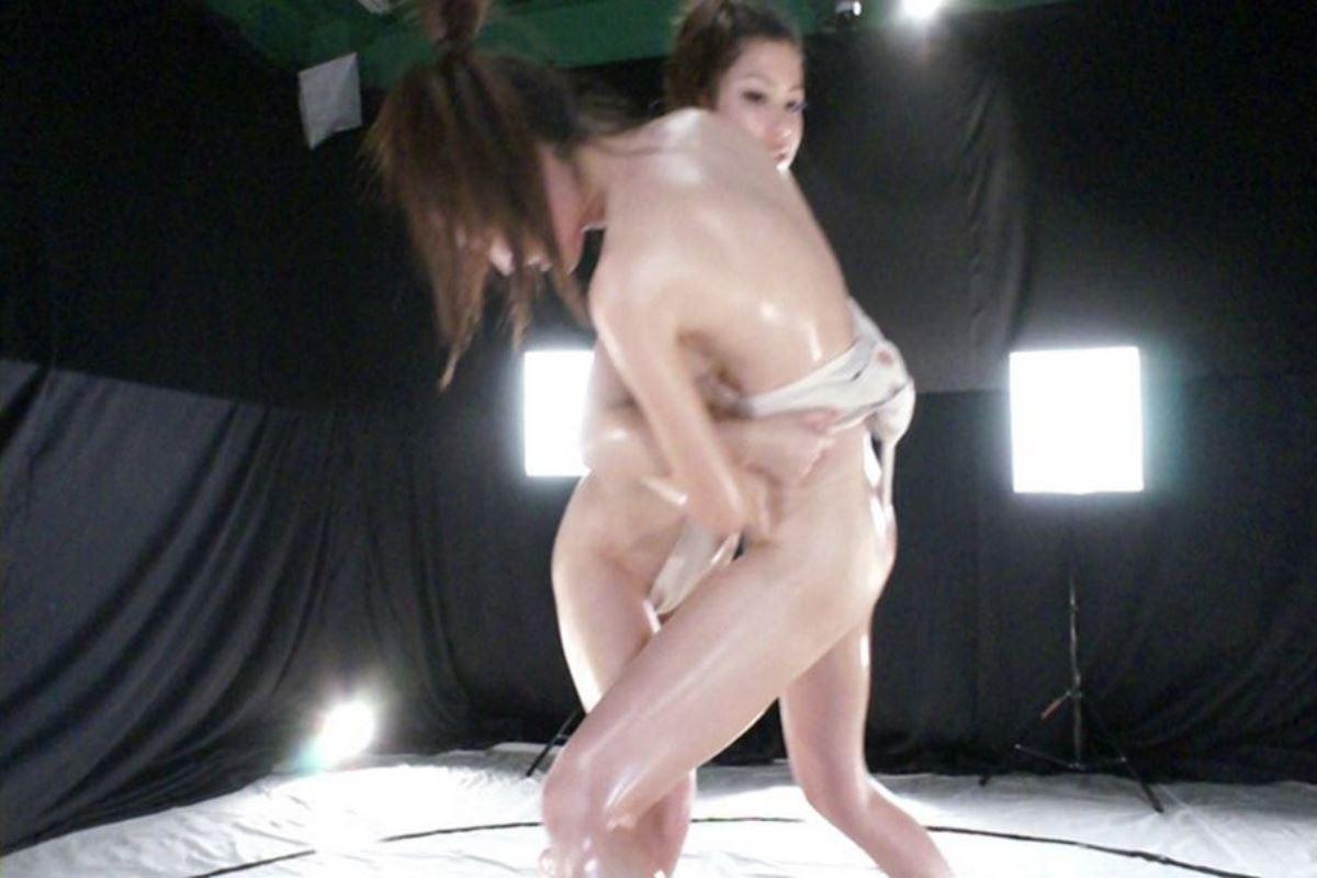 女相撲!!まわし一枚のオッパイ丸出し画像 35