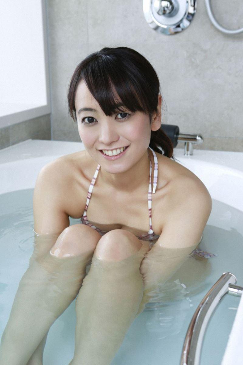 笑顔が眩しい脊山麻理子の水着画像
