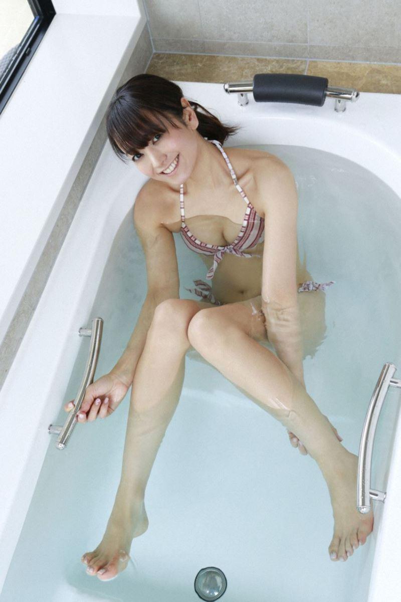 バスタブで楽しそうな脊山麻理子の水着画像