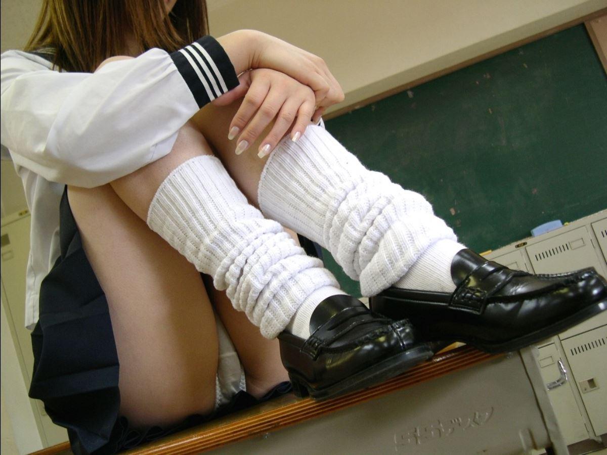 JK スカートの中 体育座り パンチラ画像 7