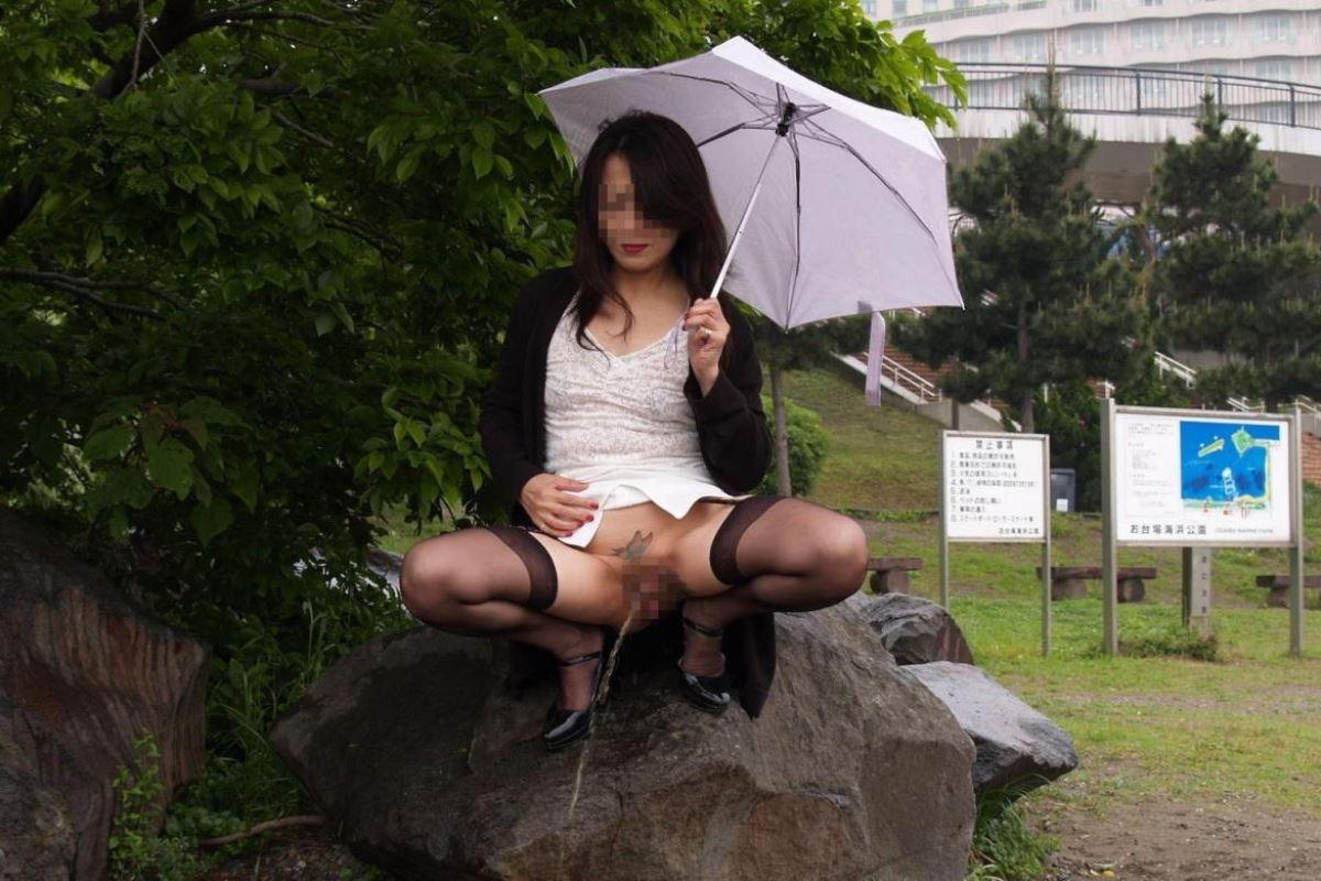 屋外 小便 素人 熟女 野外 放尿 エロ画像 5