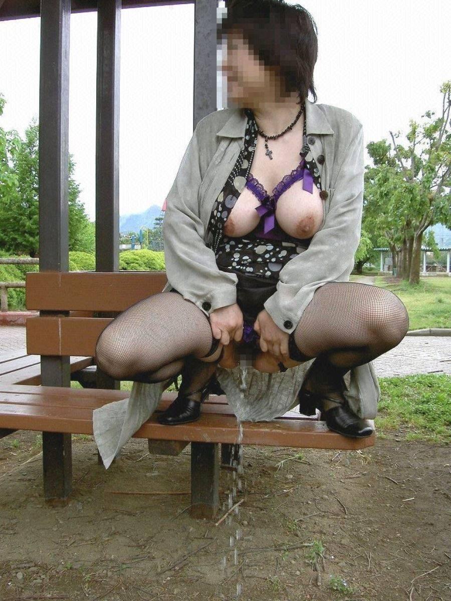 屋外 小便 素人 熟女 野外 放尿 エロ画像 9