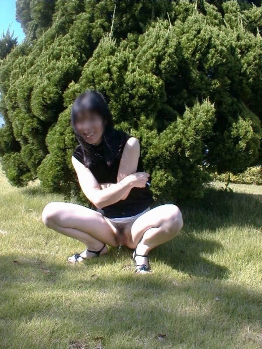 屋外 小便 素人 熟女 野外 放尿 エロ画像 16