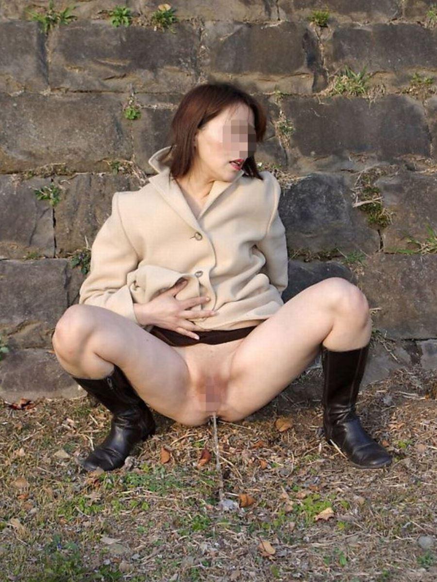 屋外 小便 素人 熟女 野外 放尿 エロ画像 19