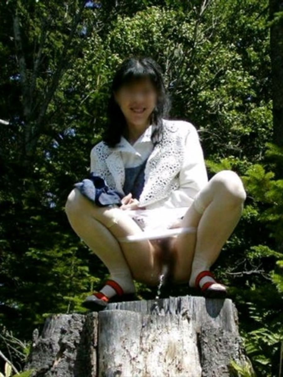 屋外 小便 素人 熟女 野外 放尿 エロ画像 26