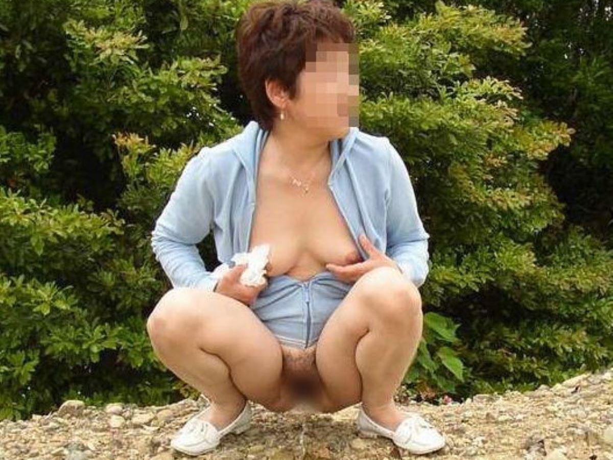 屋外 小便 素人 熟女 野外 放尿 エロ画像 38