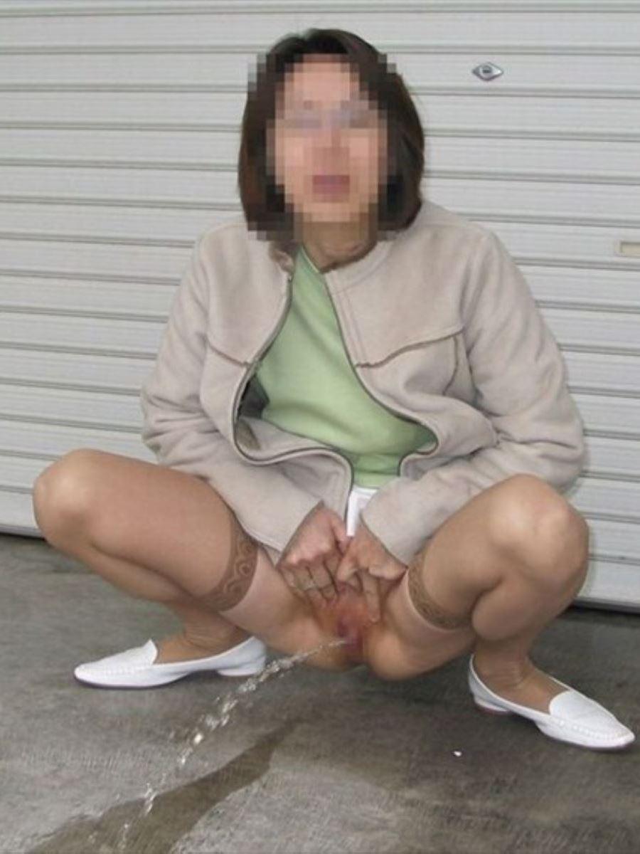 屋外 小便 素人 熟女 野外 放尿 エロ画像 43