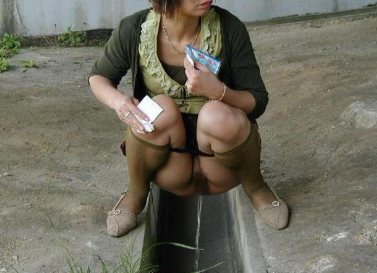 屋外 小便 素人 熟女 野外 放尿 エロ画像 49