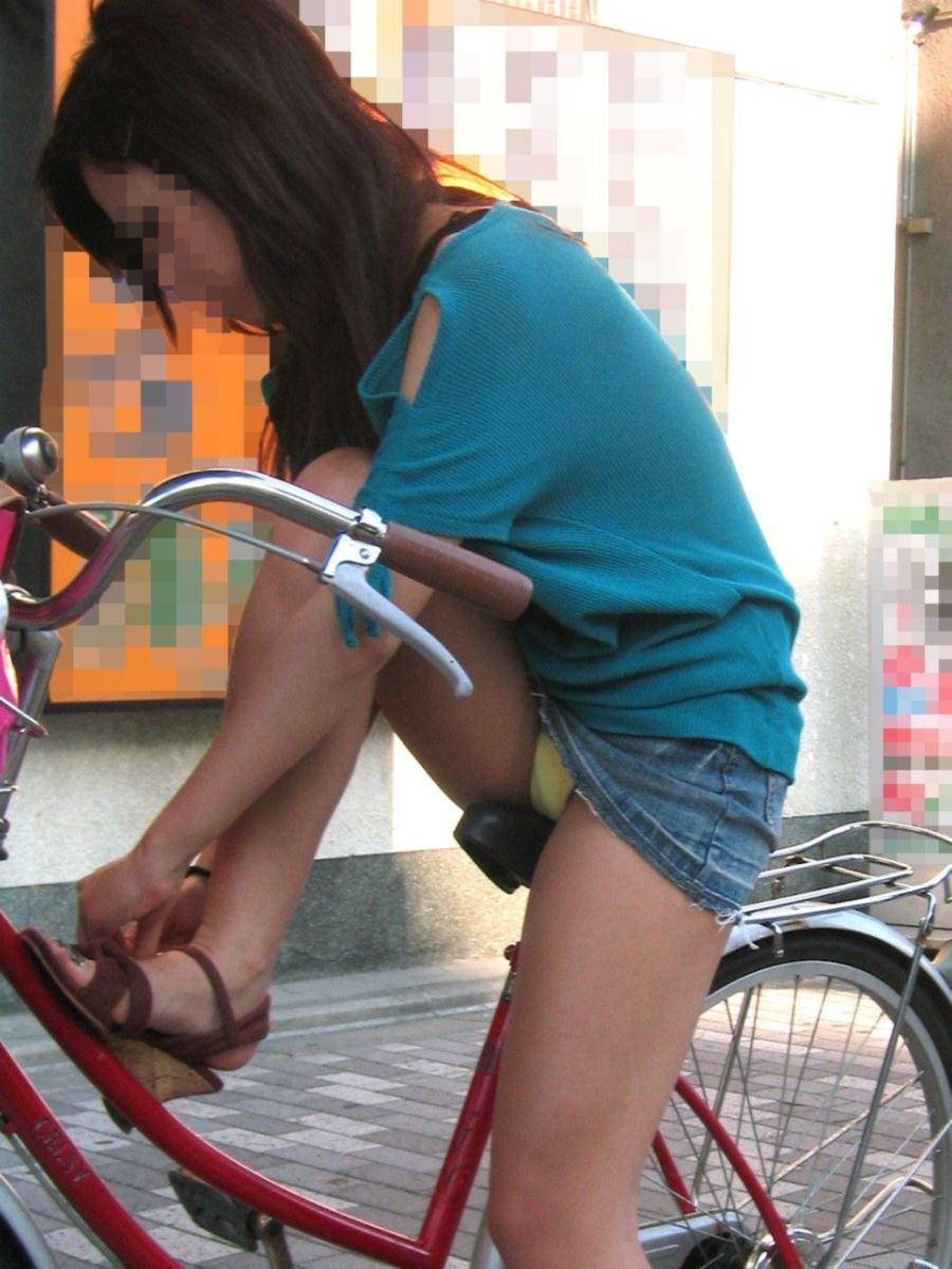 自転車 パンチラ デニム ミニ スカート エロ画像 7