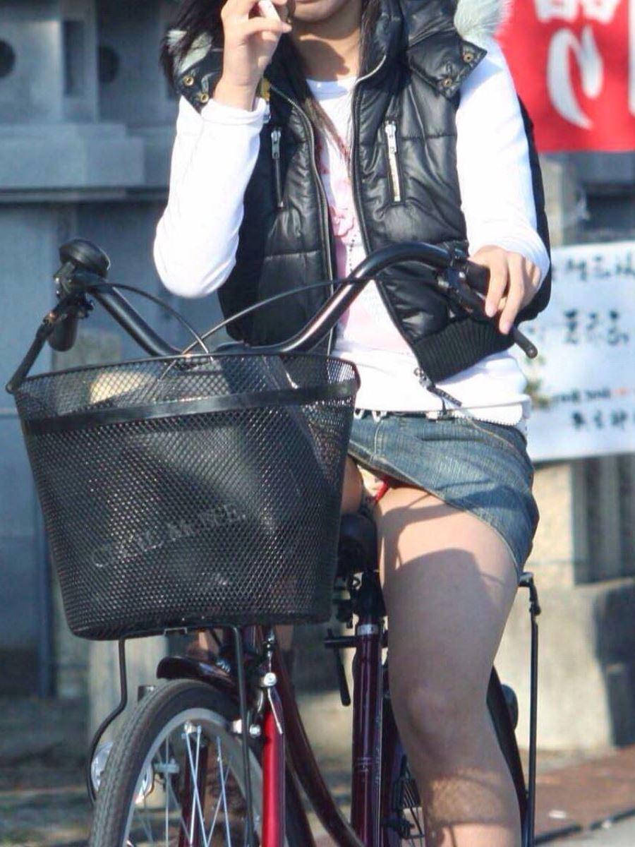 自転車 パンチラ デニム ミニ スカート エロ画像 10