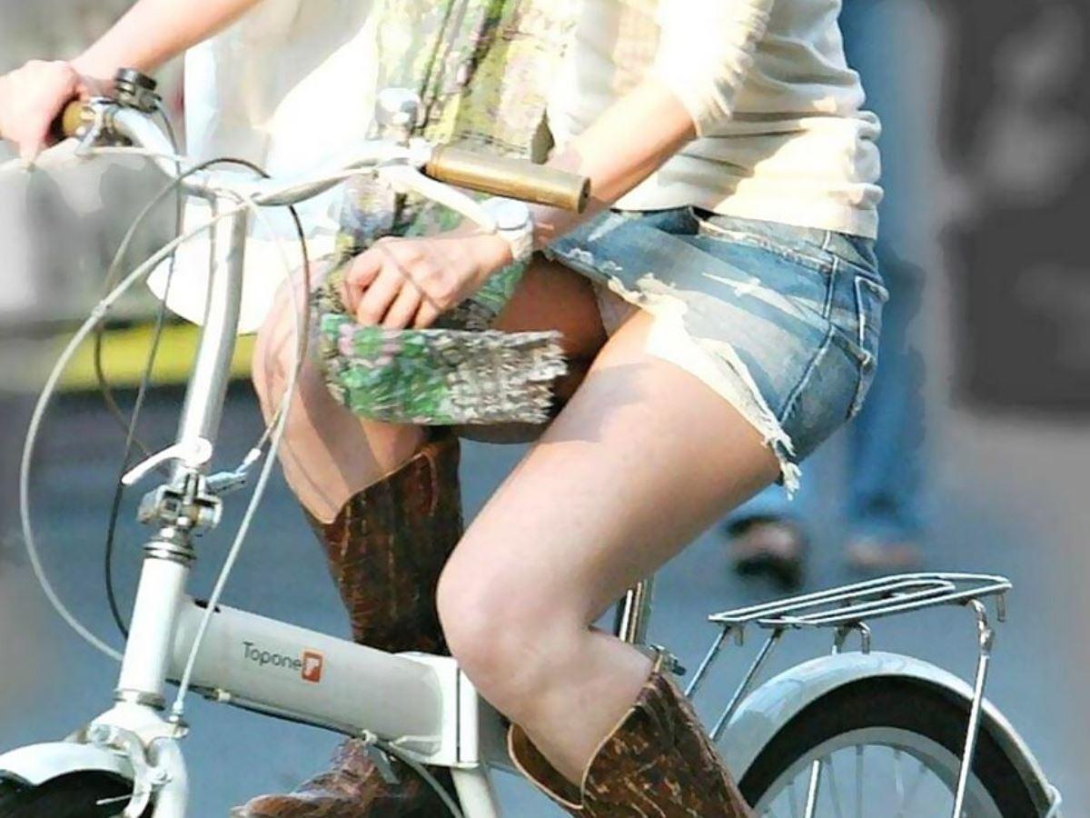 自転車 パンチラ デニム ミニ スカート エロ画像 16