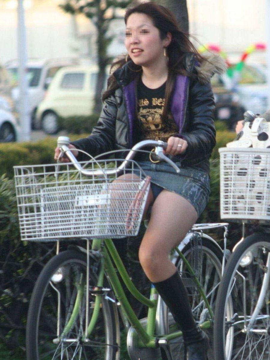 自転車 パンチラ デニム ミニ スカート エロ画像 22
