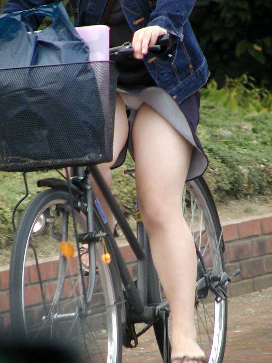 自転車 パンチラ デニム ミニ スカート エロ画像 30