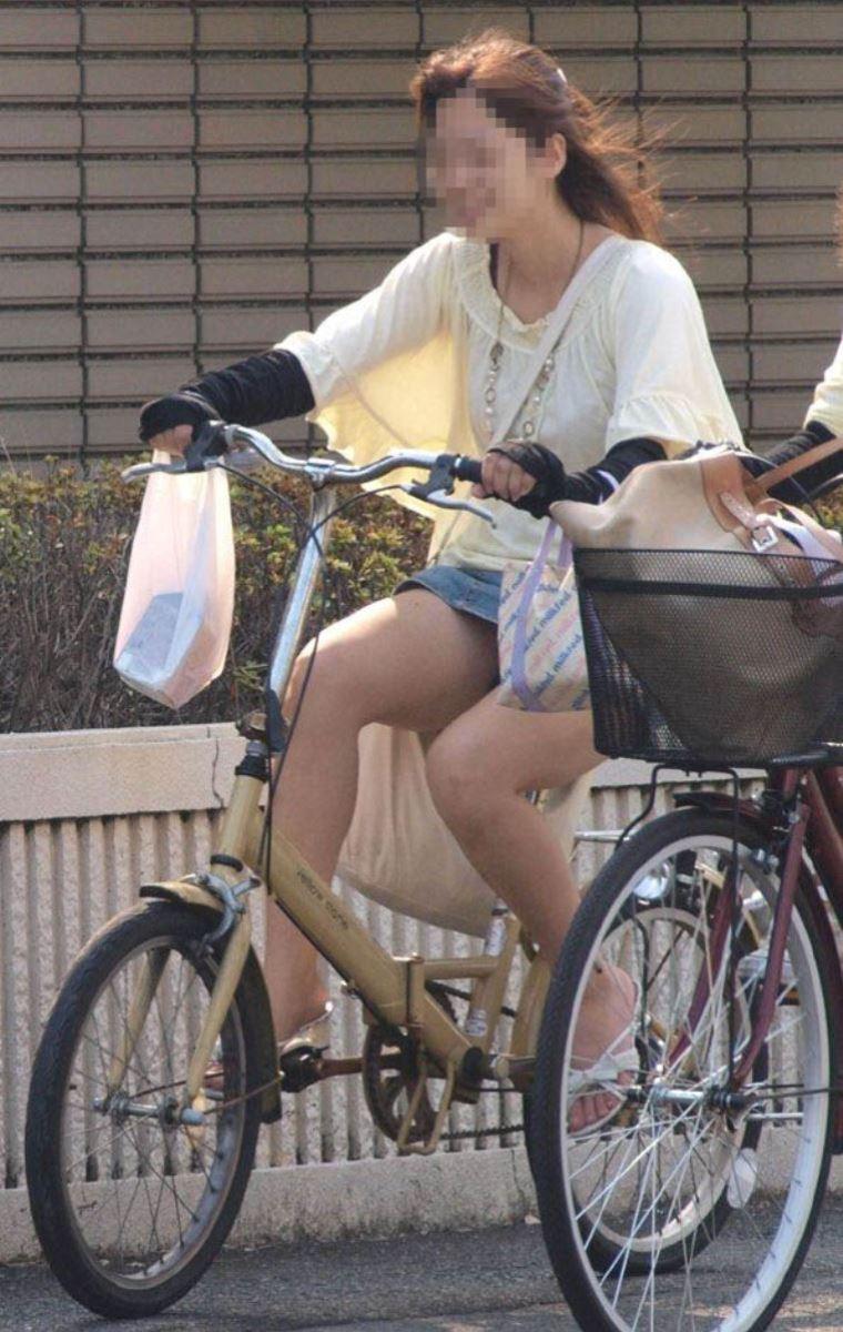 自転車 パンチラ デニム ミニ スカート エロ画像 31