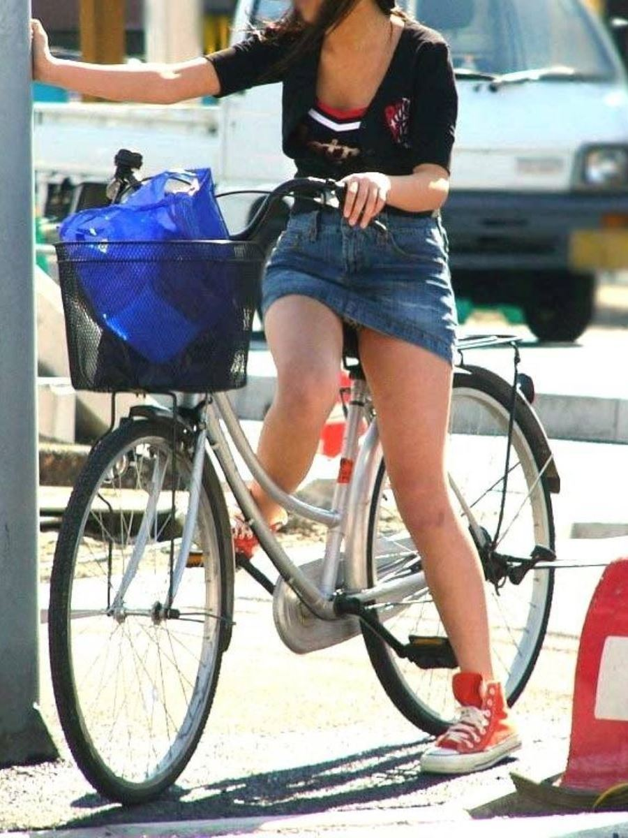 自転車 パンチラ デニム ミニ スカート エロ画像 34